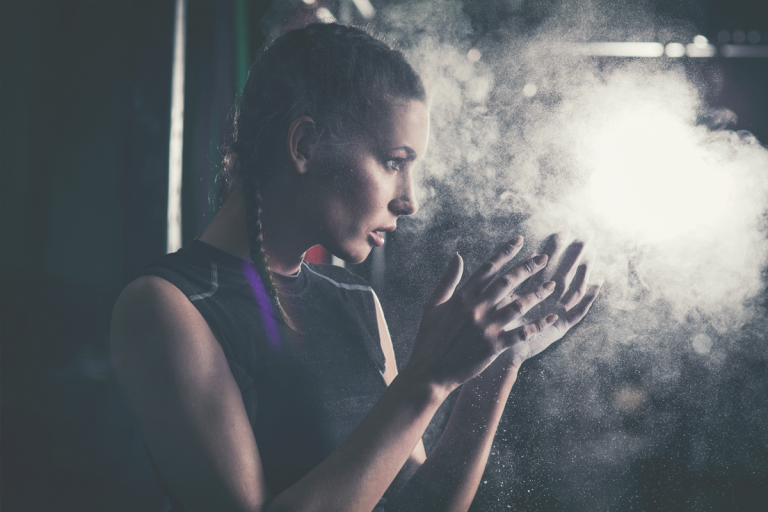 Bild einer Sportlerin, die Magnesium an den Händen hat