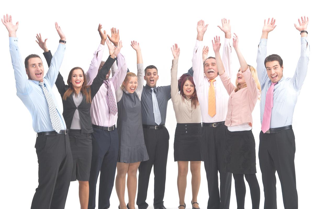 9 Personen im Business-Outfit strecken die Hände in die Luft und jubeln