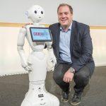 Foto Burkhard Neuper mit Roboter Pepper