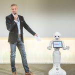 Oliver Zeisberger mit Roboter Pepper