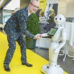 Dominic Neumann mit Roboter Pepper