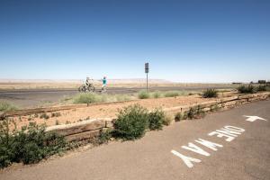 Bild einer kargen Landschaft mit Fahrbahn