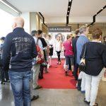 Besucher vor der Registrierung
