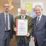 Dominic Neumann und Dr. Werner Lämmerer mit dem Vertreter der AIT