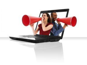 Ein Mann und eine Frau rufen mit Megaphonen aus einem Laptopbildschirm