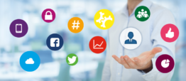 Icons Social Media schweben über einer Hand