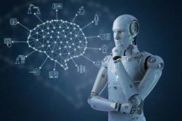Roboter schaut nachdenklich auf Zeichnung eines Gehirns