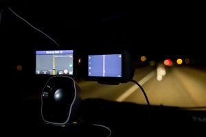 Blick vom Auto nach aussen, Navigation im Bild, Nachtfahrt