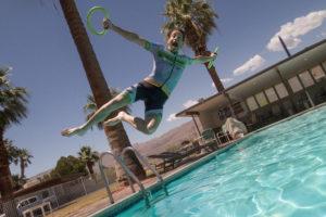 Mann springt in einen Pool