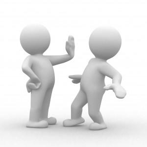 Sujetbild zweier weißer Männchen, einer signalisiert dem anderem Männchen stop.