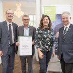 Dominic Neumann und Dr. Werner Lämmerer mit den Vertretern der Cosmo Consult GmbH