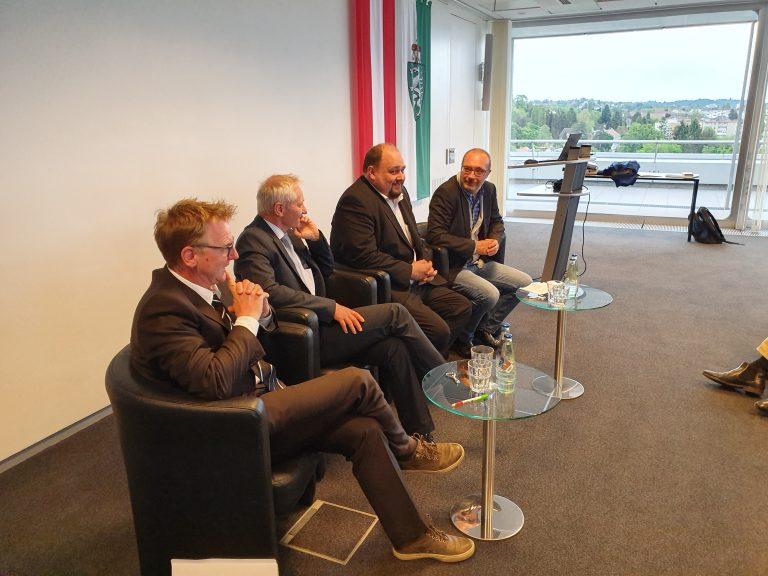 4 Teilnehmer einer Podiumsdiskussion