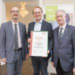 Dominic Neumann und Dr. Werner Lämmerer mit dem Vertreter der Focus Consulting GmbH