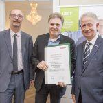 Dominic Neumann und Dr. Werner Lämmerer mit Gernot Edwin Lechner