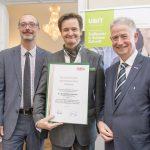 Dominic Neumann und Dr. Werner Lämmerer mit Dr. Bernd Liebmann