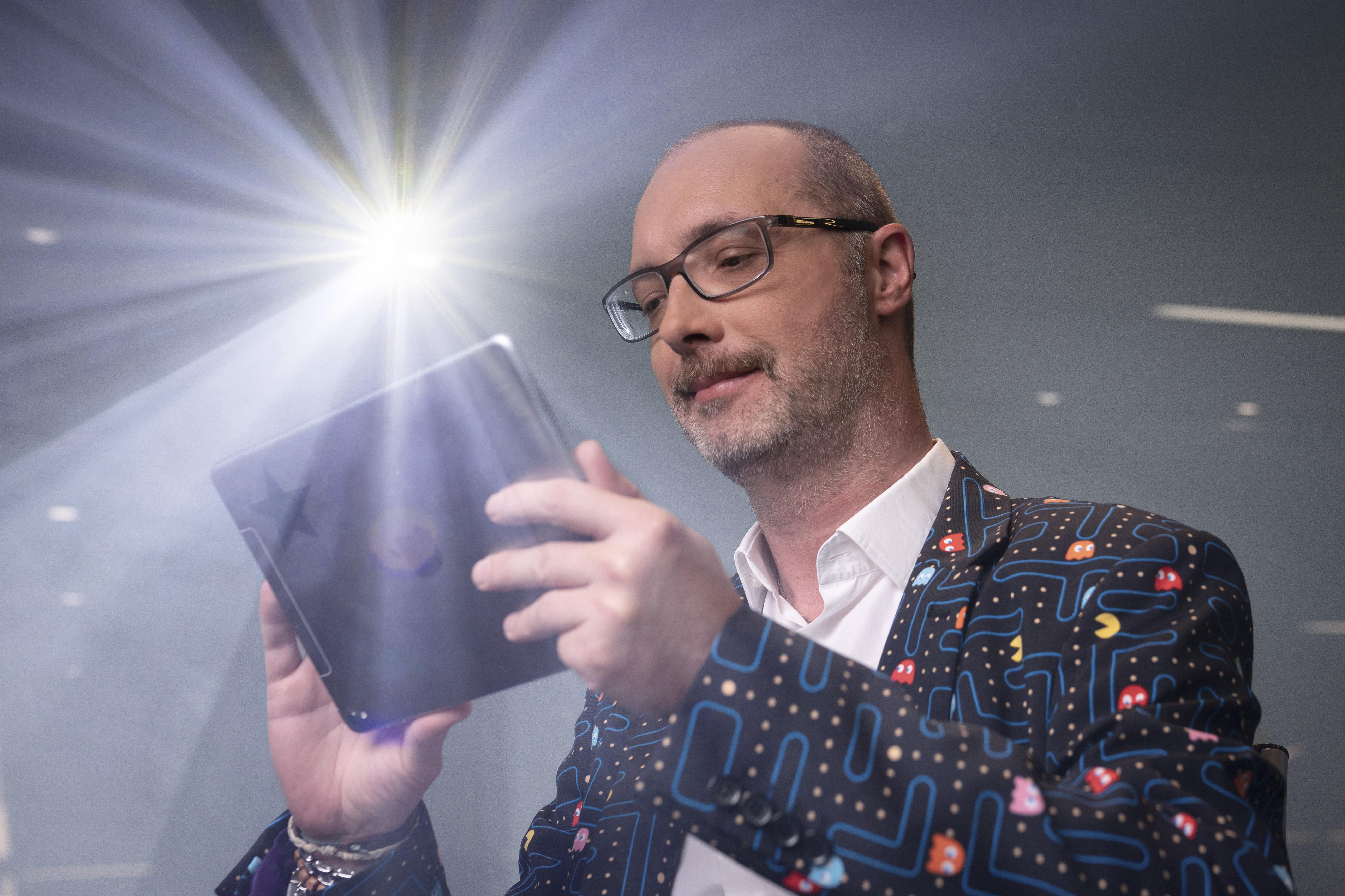 Foto Neumann mit Ipad in der Hand