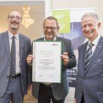 Dominic Neumann und Dr. Werner Lämmerer mit dem Vertreter der OS Hard & Software GmbH