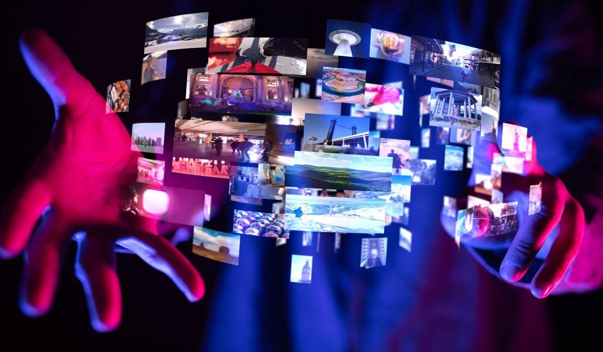 Imagebild schwebender Bildschirme zwischen 2 Händen
