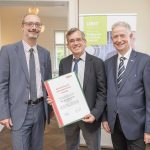Dominic Neumann und Dr. Werner Lämmerer mit DI Markus Strobl