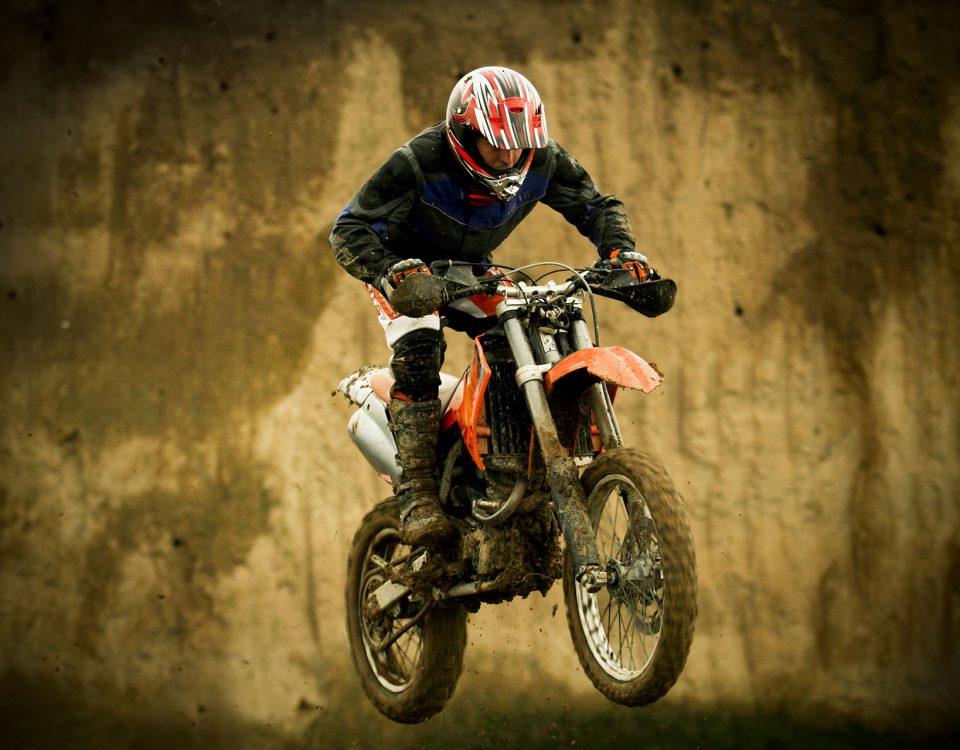 Springender Motocross-Fahrer