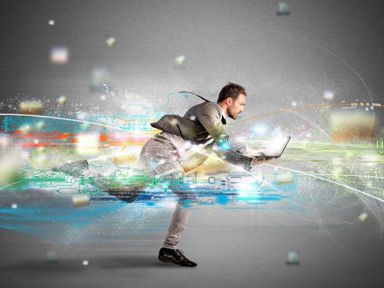 Laufender Mann mit Laptop in der Hand vor farbiger Illustration