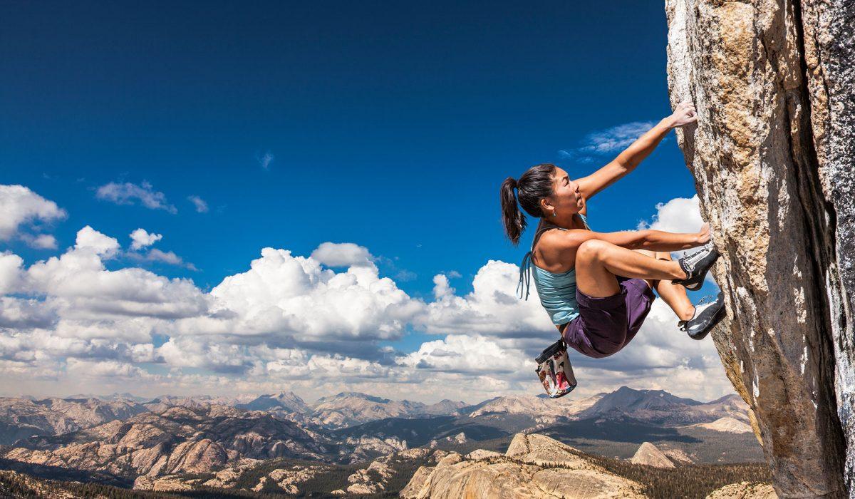 Eine Bergsteigerin beim Aufstieg, seitlich fotografiert