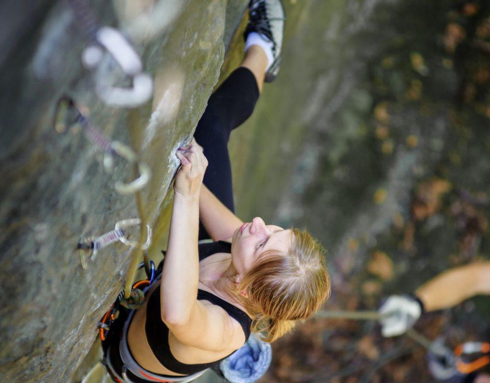 Bergsteigerin beim Aufstieg von seitlich oben fotografiert