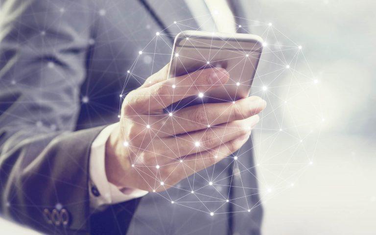Nahaufnahme einer Hand mit einem Smartphone