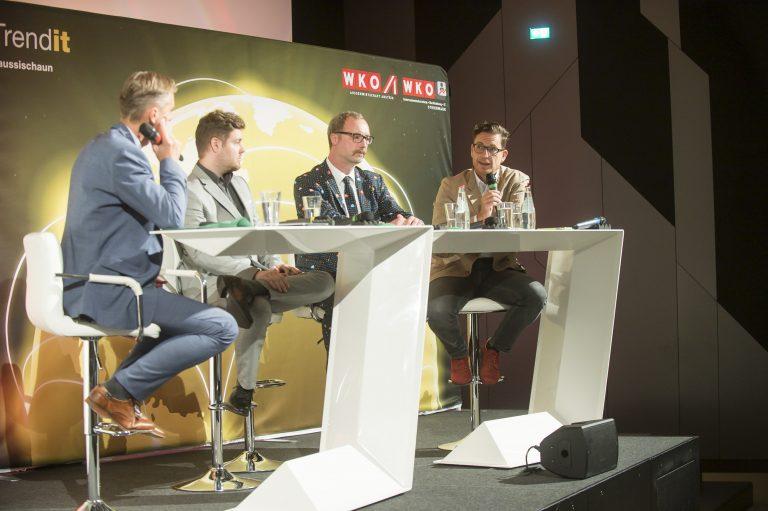 3 Teilnehmer der Podiumsdiskussion mit Moderator Oliver Zeisberger