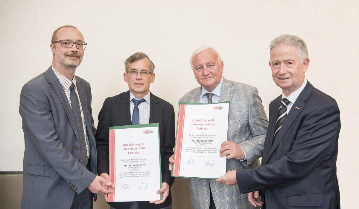 Dominic Neumann und Dr. Werner Lämmerer mit den Firmenjubilaren Markus Strobl und Roland Koren