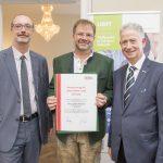 Dominic Neumann und Dr. Werner Lämmerer mit Klaus Jürgen Wartinger