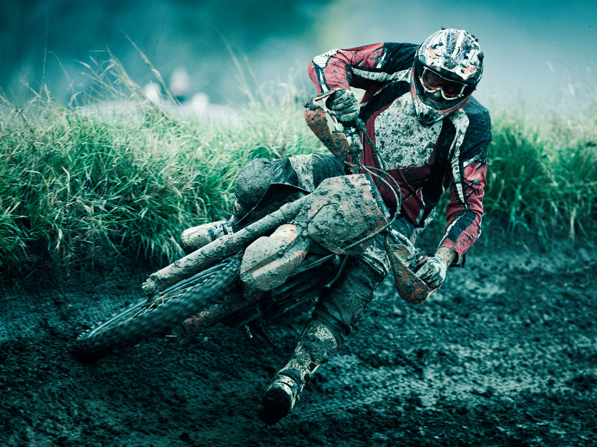 Motocrossfahrer auf schlammiger Strecke