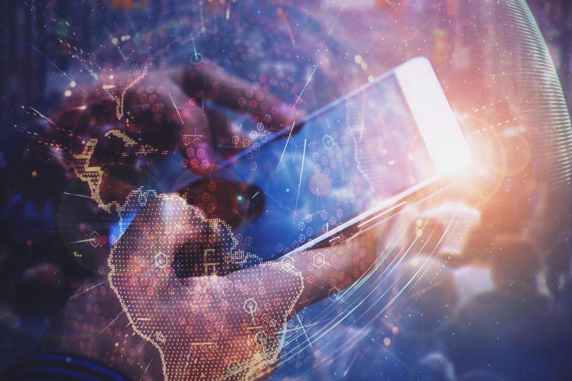 2 Hände, die ein Smartphone bedienen