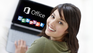 Dame am Laptop, Microsoft Office am Bildschirm