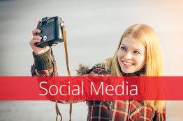Dame macht ein Selfie und Text Social media