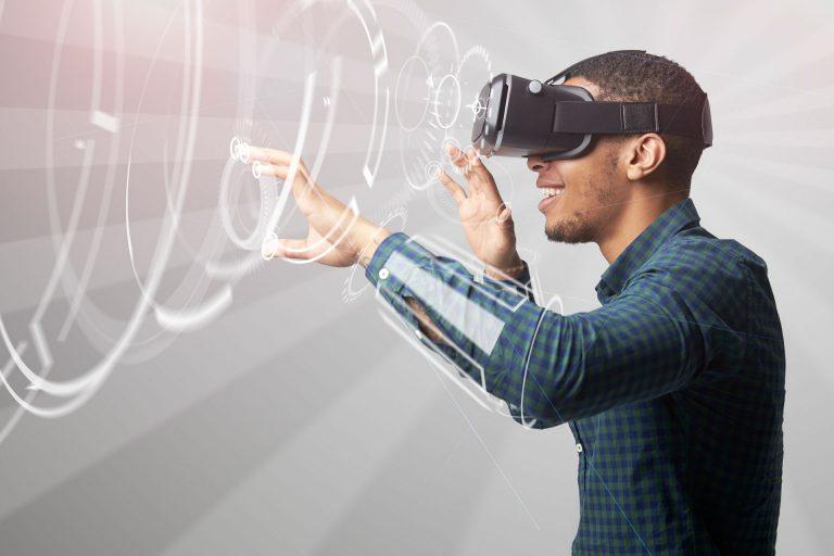 Mann mit 3D-Brille seitlich fotografiert und stilisierten Kreisen