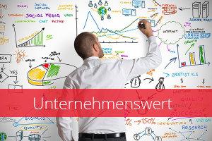 Bild eines Mannes, der gerade Grafiken auf einem Whiteboard zeichnet, Text Unternehmenswert